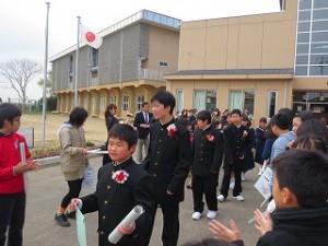 在校生でつくられた花道を校門に向かって歩きます。\