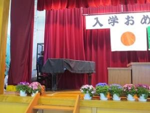 1年生から4年生までが教室に戻った後,5年生が入学式の式場準備をしてくれました。\