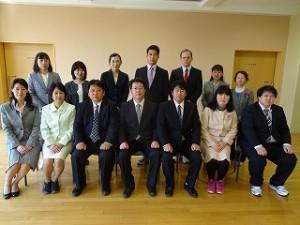 豊津小の職員です。もう一人学校図書館司書の先生がいて15名で豊津小学校を運営していきます。よろしくお願い致します。\