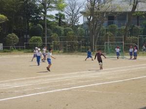 昼休み1年生から?年生まで混合でサッカーをしています。この後、ボールを手で持ってラグビーのような競技になってしまいました。とても暑かったせいと思います。\
