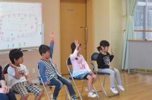 校長先生の「学校は楽しいですか?」の質問に手を挙げて答えています。\