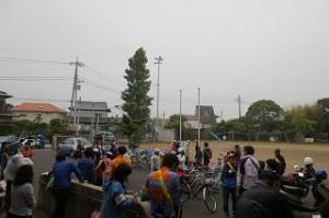 雨で集合時刻が一時間半遅くなり,午前9:30となりました。子どもたちが集まってきた様子の写真です。\\