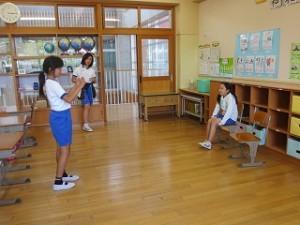 運営委員会です。児童朝会の司会の練習をしています。今度,「水族館」VS「動物園」でディベートをするそうです。\
