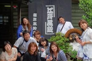 PTA研修視察です。江戸風鈴本舗さんの前でタヌキのまねをしています。\