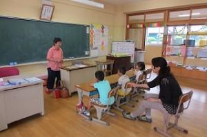1年生の教室で読み聞かせが行われました。\