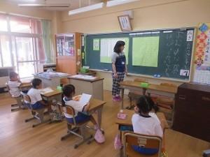 1年生の授業研究風景です。子どもたちは積極的に発表や劇をしました。\