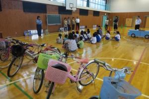 1・2年生は道路の渡り方(絶対に飛び出しはしないこと)と自転車の安全確認について学びました。\
