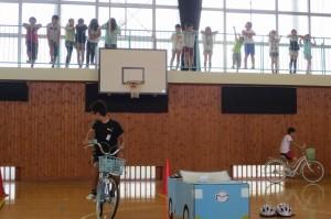 1・2年生の次,4校時目は3~6年生です。交通安全子ども自転車大会茨城県大会に出場した子どもたちが安全走行の手本を全校児童に披露しました。\