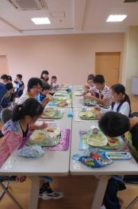 4月~8月のお誕生日給食もありました。他の学年の子とランチルームで話をしながら食べました。楽しい一時でした。\