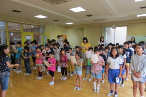 児童朝会の最後に全校合唱の練習をしました。もう「いつも 何度でも」人前で歌えるようになっています。\