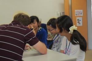 英語訪問で英語活動の公開をしました。子どもたちが笑顔で活動しているのが印象的です。\
