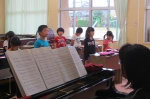 3年生が音楽室で歌を歌っていました。\