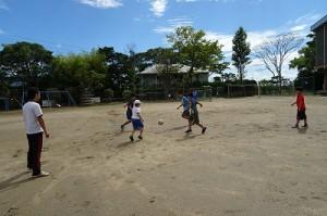青色の美しい空の下,ボールを追いかけています。\