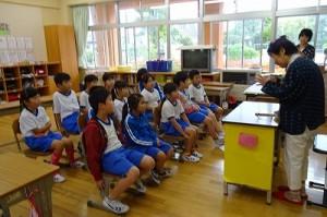 古賀さんの読み聞かせです。2年生の教室で行われました。「黄色いバケツ」を朗読してくださいました。\