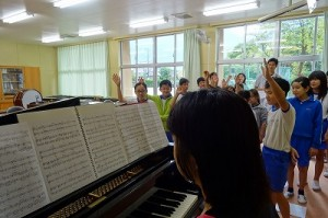 今日は,3・6年生が合唱の練習をしました。難しい低音部です。でも上手に歌えています。\