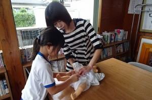 作ったおむつを保健センターからお借りした赤ちゃんの人形に付けています。\