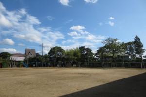 青空のきれいな校庭の風景です。\
