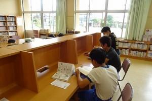 ?年生が図書室で学習していました。\