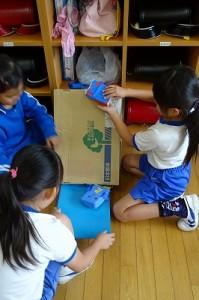 2年生の図工の題は,「コロコロ大作戦」だそうです。上手に作り楽しく遊んでいました。\