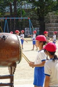 大太鼓を使った本番前の練習です。今まで練習してきた成果が出ていて,素晴らしい太鼓のリズムでした。\