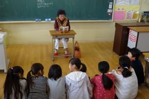 3年生が古賀さんの読み聞かせを聞いています。教科書に出てくる物語で,うさぎが旅館のお手伝いをするお話だそうです。\\