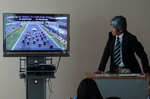 国際レースのスタート時の写真です。辻本先生がどこにいるか教えてもらいました。\