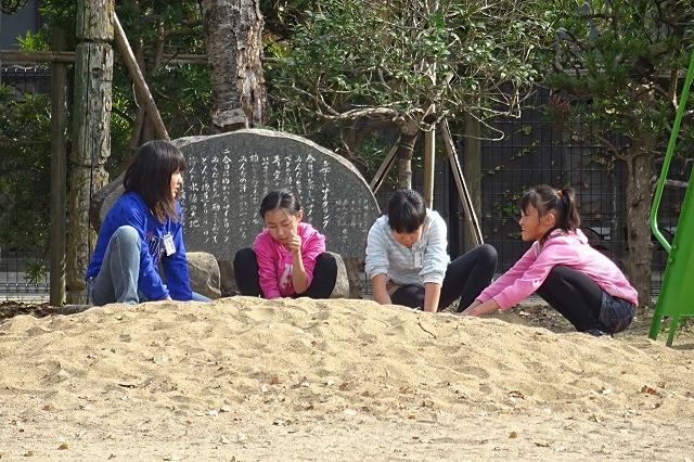 ?年生女子が砂遊びをしています。ひなたぼっこしているのかもしれません。\\