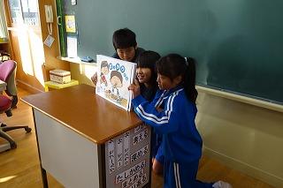 保健委員会のメンバーが協力して紙芝居を読みます。\\