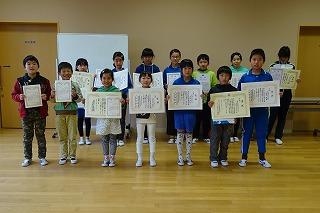 表彰では,たくさんの児童がたくさん表彰されました。その内容は,「茨城ものづくりフェア」,「みんなにすすめたい一冊の本」,「JA書道コンクール」,「ふれあい絵画と標語」,「建設工事風景絵画展」等です。みんないい笑顔です。\\