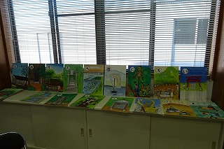 3年生の校外学習。まずは豊津ふれあいセンターに行きました。館長さんが大カルタを飾って待っててくださいました。\