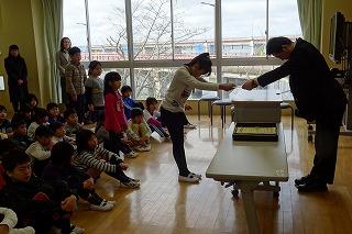 終業式の前に表彰がありました。豊津小独自の読書千ページ賞(千ページごとに表彰。今年度今までの最高は2万1千ページです。)と鹿嶋市教育会作品展の賞状です。\\