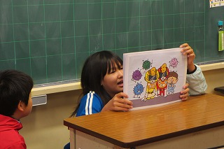 保健委員会手作りの紙芝居(3つの食品群)を2年生教室で読みました。\\