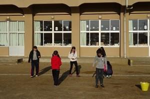 朝の奉仕活動「校庭の石拾い」4・5年生です。\