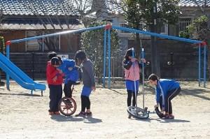4・5年生は,一輪車に夢中です。\