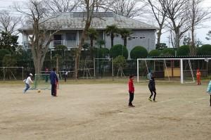 2年生と越川先生。サッカーをしています。\