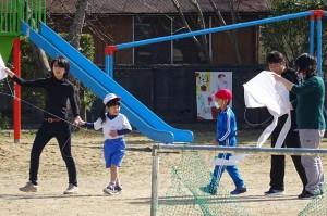1年生は親子で凧揚げをしました。\