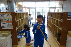 2年生の昇降口掃除