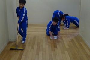 2年生の廊下掃除