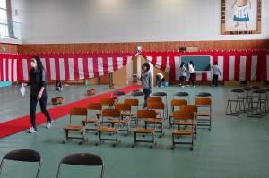 次に椅子やテーブルを並べました。\