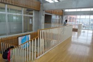 階段を上ると開放感のある廊下になっています。\