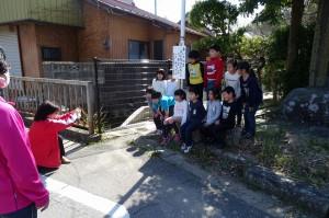 豊津まちづくりセンター館長さんがいらっしゃって,2年生の写真を撮ってくださいました。新聞に載るそうです。\