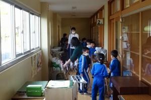 大掃除。1・2年生の廊下です。\