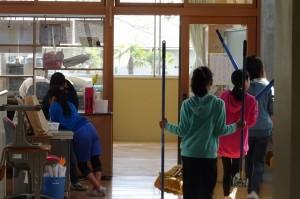 6年生が自分の教室だけでなく,用具を運んで配ったり,不要物をまとめたりしてくれました。\