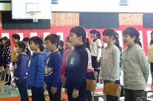 在校生が一生懸命歌います。\