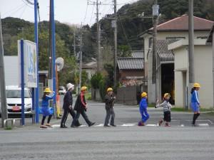 一人一人がしっかり確認して横断歩道をわたります。\