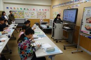 6年生「外国語」の授業風景(積極的にICTを利活用しています。)\
