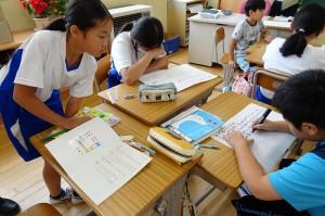 5年生が班の中で話し合っている様子(グループワークと呼んでいます。)\