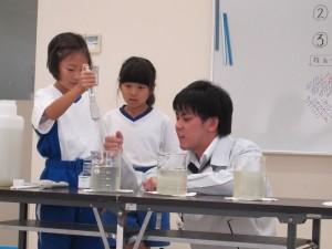 水をきれいにろ過する実験中
