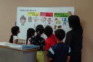 栄養教諭の井坂先生(三笠小)と楽しく食育の学習\